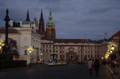wieczorny widok na hradczany w czeskiej pradze
