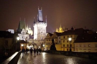 wieczorny most karola w pradze w czechach