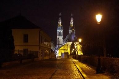 wieczorny widok na praski wyszehrad i kościół świętego piotra i pawła
