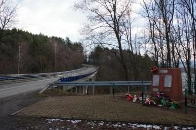 pomnik poświęcony ofiarom katastrofy autobusowej w wilczym jarze nad jeziorem żywieckim