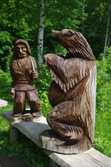 drewniane rzeźby człowieka i niedźwiedzia w wołtuszowej w beskidzie niskim