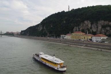 wzgórze gellerta i kąpielisko rudas nad dunajem, w budapeszcie na węgrzech