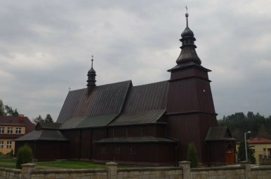 zabytkowy drewniany kościółek w jastrzębi w małopolsce na szlaku architektury drewnianej