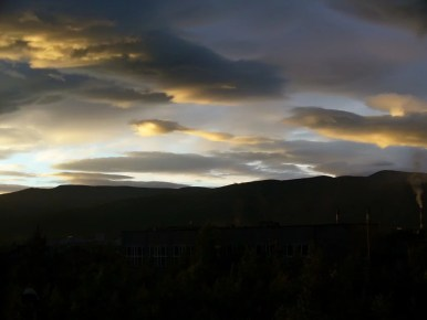 białe noce w apatytach za kołem podbiegunowym na półwyspie kolskim w rosji