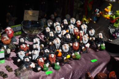 figurki żydków na jednym z kramów podczas odpustu emaus na krakowskim salwatorze