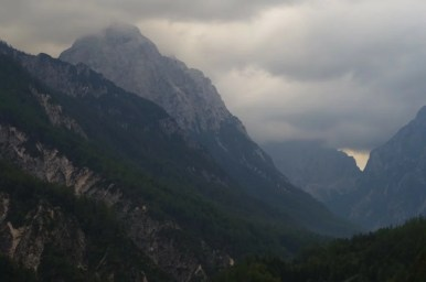 zasłonięty chmurami triglav w alpach julijskich w słowenii
