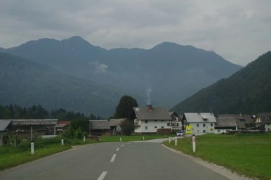 droga z bledu nad jezioro bohinj w alpach julijskich w słowenii