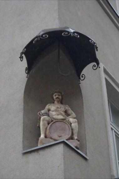 grajski trg w mariborze w słowenii, rzeźba na elewacji budynku