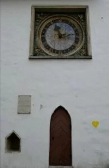 zabytkowy zegar na ścianie kościoła świętego ducha w tallinie w estonii