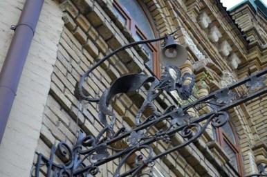 żeliwny kot behemoth w pobliżu muzeum bułhakowa w kijowie na ukrainie