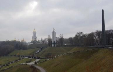 widok na ławrę pieczerską, memoriał wiecznej chwały i pomnik ofiar wielkiego głodu w kijowie na ukrainie