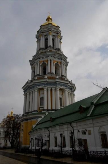 wielka dzwonnica na terenie ławry pieczerskiej w kijowie na ukrainie