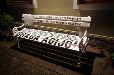 ławeczka w centrum w ljubljanie w słowenii