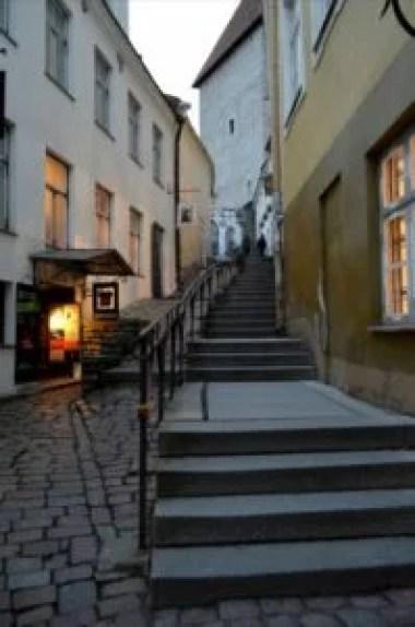 uliczka luhike jalg w tallinie w estonii