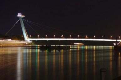 nocny widok na dunaj i most ufo w bratysławie w słowacji