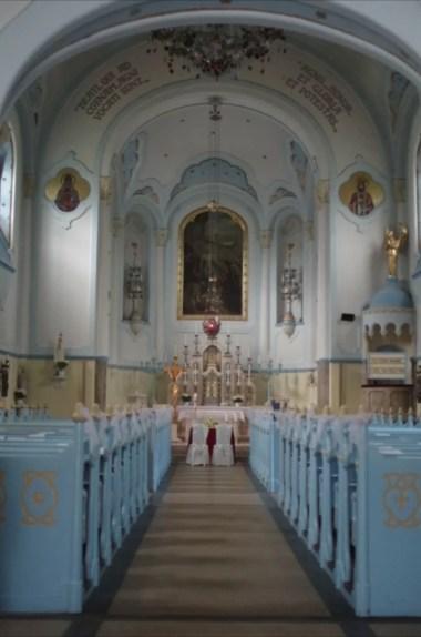 wnętrze zabytkowego niebieskiego kościółka w bratysławie w słowacji