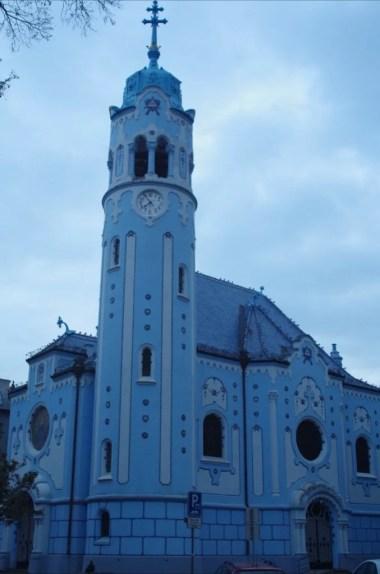 zabytkowy niebieski kościółek w bratysławie w słowacji