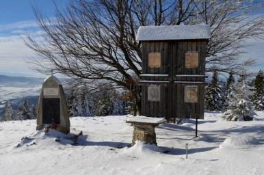 obelisk na zimowym ćwilinie w beskidzie wyspowym