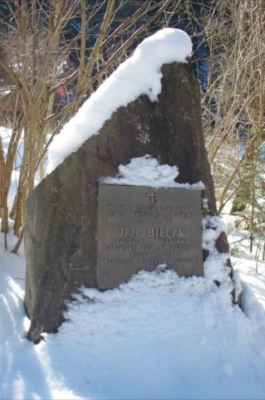 obelisk ku czci jana bielaka w gaboniu w beskidzie sądeckim