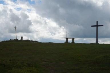 szczyt pilska w beskidzie żywieckim, widoczny krzyż i ołtarzyk