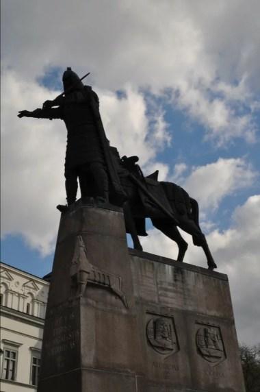 pomnik giedymina na placu katedralnym w wilnie na litwie