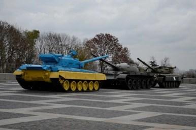 czołgi przy muzeum wielkiej wojny ojczyźnianej w kijowie na ukrainie