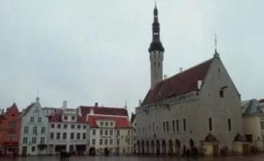 zabytkowy ratusz w tallinie w estonii