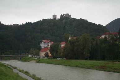 rzeka savinja i stary zamek w celje w słowenii