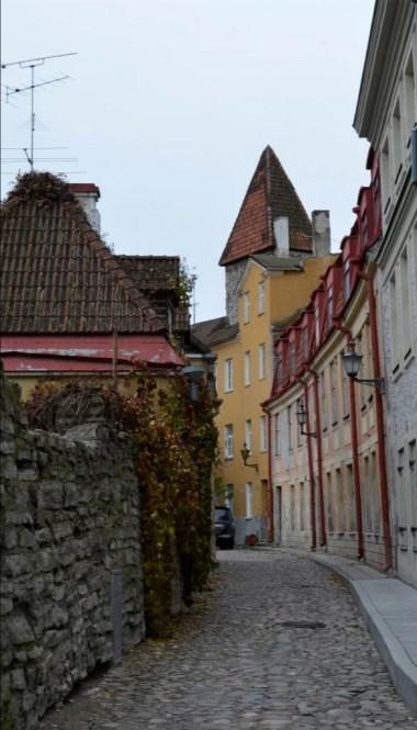jedna z klimatycznych uliczek starego miasta w tallinie w estonii