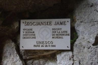 tabliczka unesco przy wejściu do jaskiń szkocjańskich w słowenii