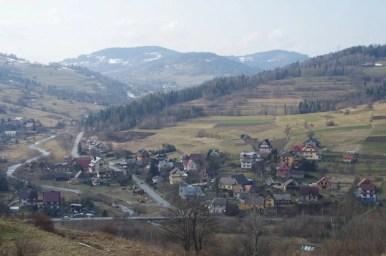 miejscowość tokarnia położona wśród wzgórz beskidu makowskiego
