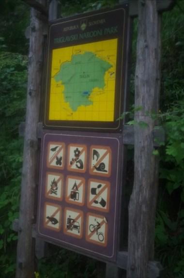 tablica informacyjna przy wejściu do triglavskiego parku narodowego w alpach julijskich w słowenii