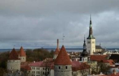 widok ze wzgórza zamkowego toompea na tallin w estonii
