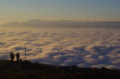 panorama tatr i morze chmur podziwiane z babiej góry podczas wschodu słońca