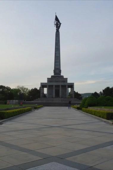 wzgórze slavin w bratysławie w słowacji, widoczny obelisk