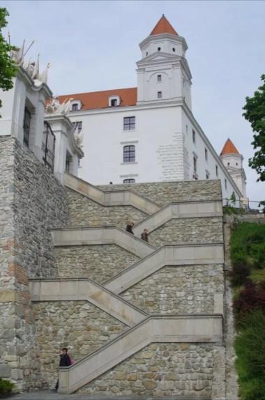 schody prowadzące na zamek w bratysławie w słowacji