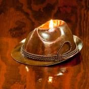 Lampa oliwna kapelusz myśliwski.