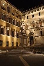 Palazzo Salimbeni mieści główną siedzibę banku Monte dei Paschi. To gotycki pałac miejski, należący do wpływowej i bogatej, sieneńskiej rodziny kupieckiej  Fot. Paweł Wroński