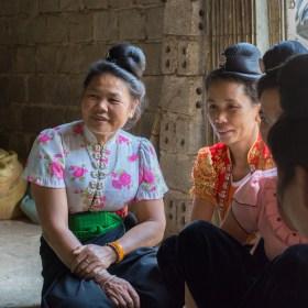 Des participantes attentives - Formation volailles avec Entrepreneurs du Monde - http://paysansdavenir.com/entrepreneurs-du-monde-region-de-dien-bien-commune-de-na-thau-groupement-de-productrices-de-canard/