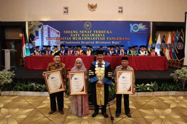 Pemberian cenderamata kepada tokoh muhammadiyah Kota Tangerang.