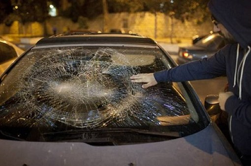 مستوطنون يهاجمون عائلة ويحطمون مركبتها في بروقين غرب سلفيت