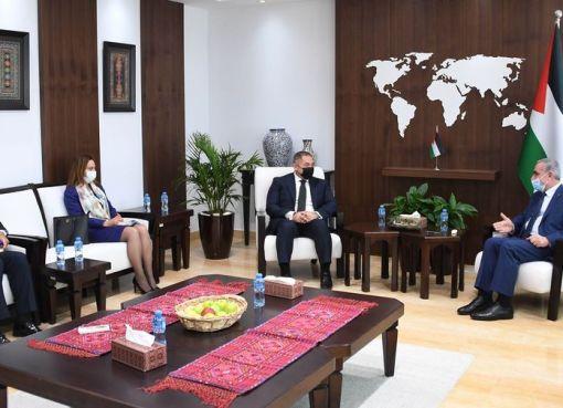 اشتية خلال استقباله السفير المصري: نريد أن يكون التزود بالغاز من مصر وليس من إسرائيل