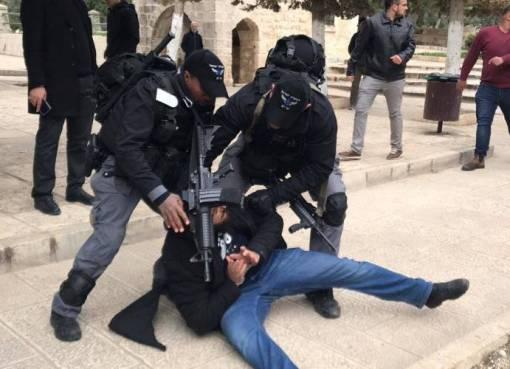 """القدس: الاحتلال يعتدي على المصلين لدى خروجهم من """"الأقصى"""""""