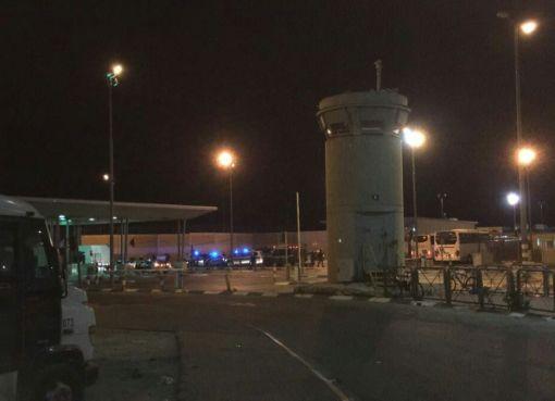 شاهد: الاحتلال يقوم بإغلاق حاجز قلنديا شمال القدس
