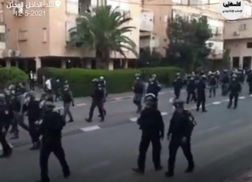 بالفيديو: شاهد جنود الاحتلال يقتحمون اللد بالمئات في محاولة للسيطرة على غضب الفلسطينيين من أجل القدس