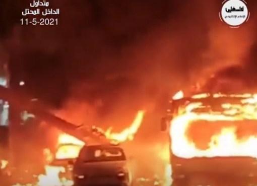 بالفيديو: شاهد اشتعال النار في حافلة قريبة في حولون بعد سقوط صواريخ أطلقت من غزة