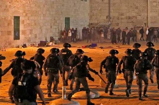 جنود الاحتلال يجددون محاولاتهم لاقتحام الأقصى وشعبنا يتصدى بكل بسالة