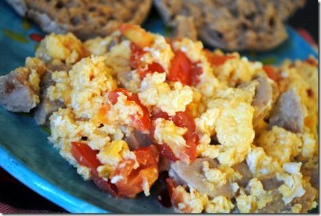 scrambled eggs with chicken sausage 006