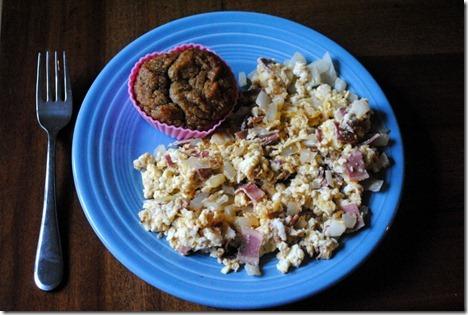 scrambled eggs with zucchini muffing 002