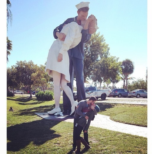 Unconditional Surrender Statue Kiss_thumb[1]